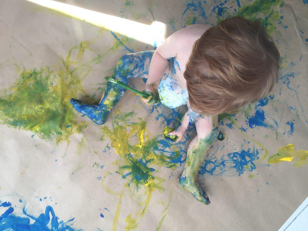 desenhando com tintas, menino utilizando tintas para desenhar
