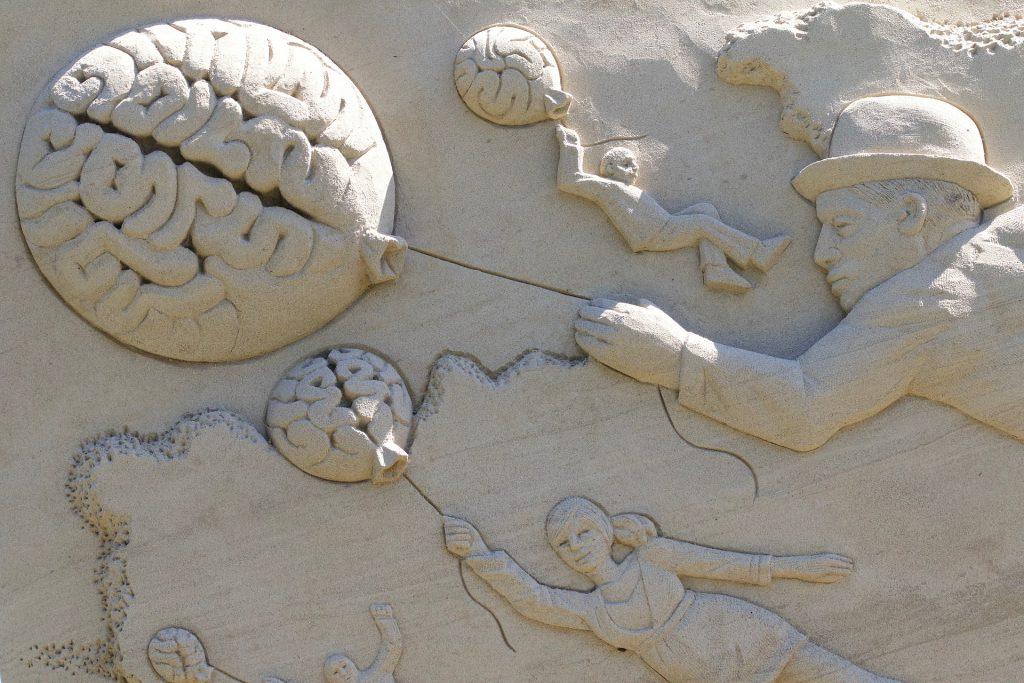 Pessoas voando com balão em forma de cérebro