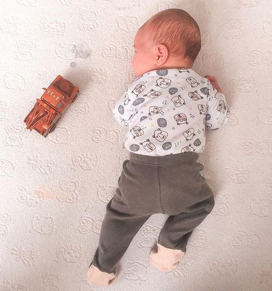 Bruno de barriga para baixo, em posição de prono. Desenvolvimento infantil