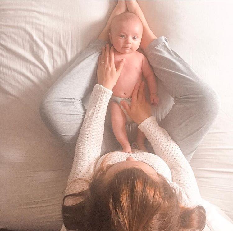 Clarissa Comim fazendo massagem shantala no Bruno