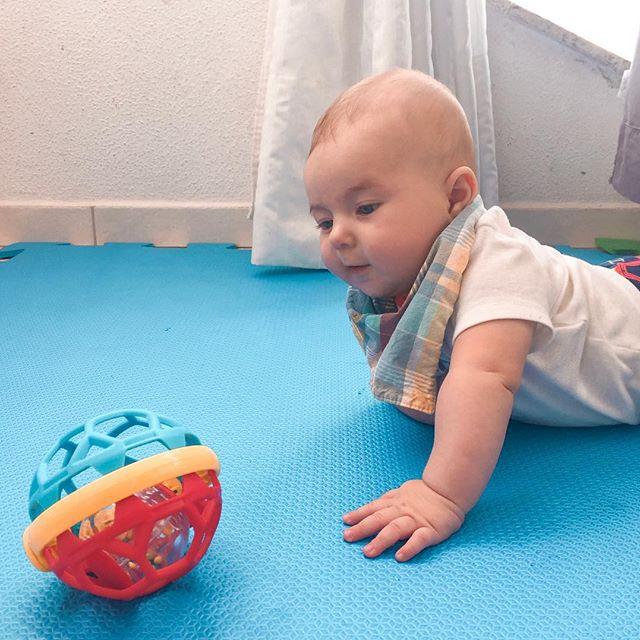 Primeiros passos para o processo de engatinhar de uma criança