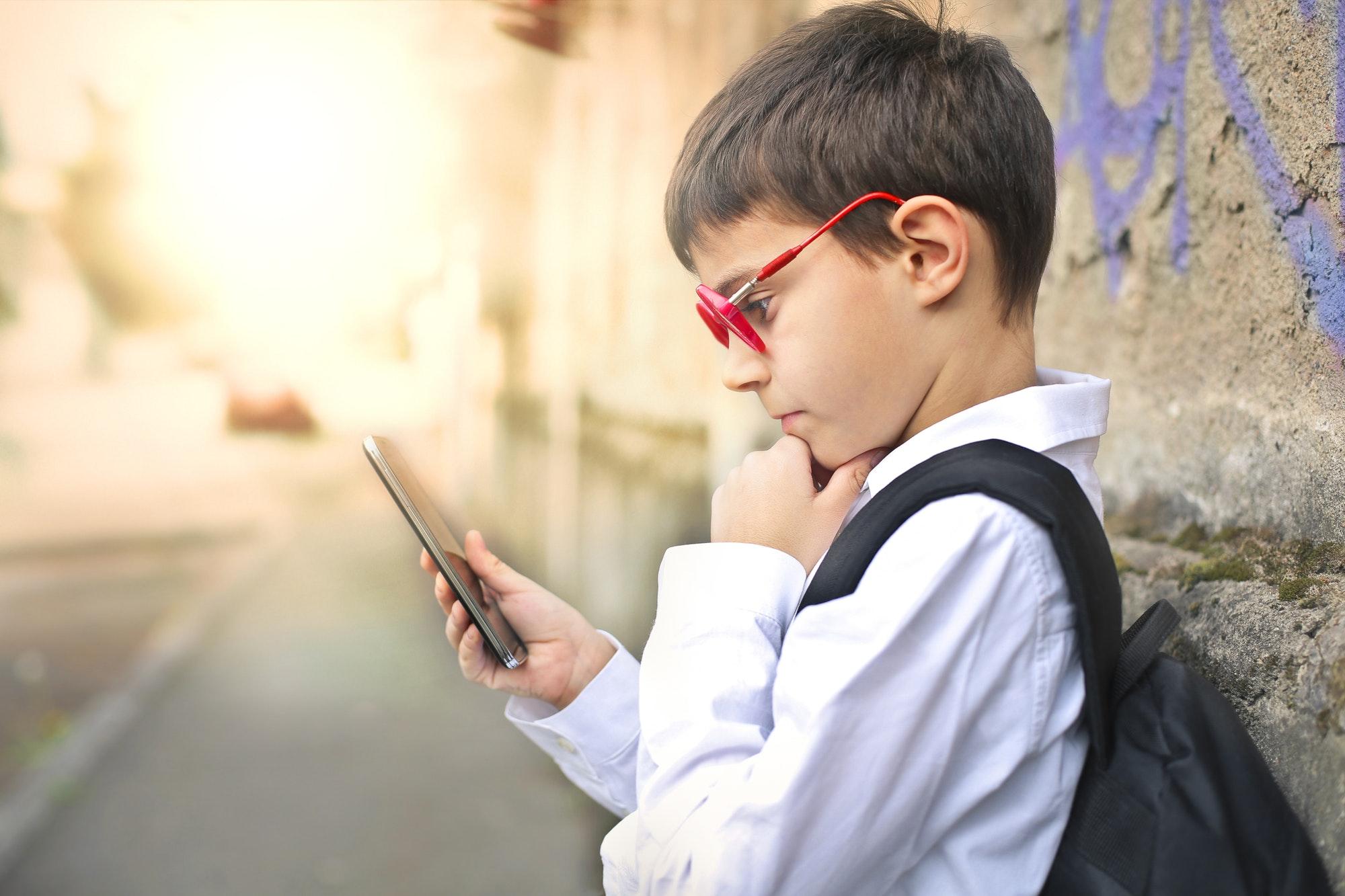 Adolescente com olhar fixo em smartphone