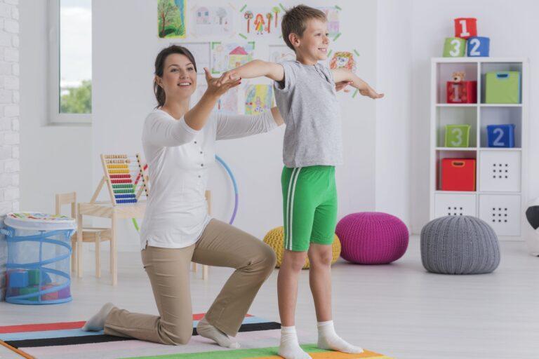 fisioterapeuta realizando uma avaliação neuropediatrica em um menino